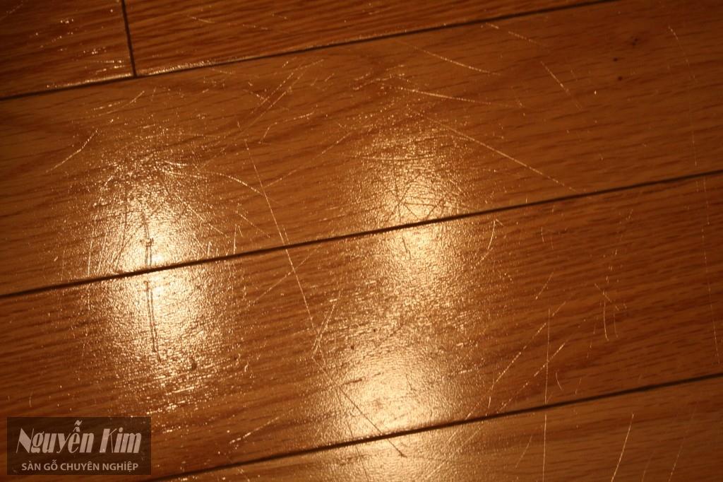 ván sàn gỗ bị xước - một trong những sai lầm cơ bản khi mua sàn gỗ