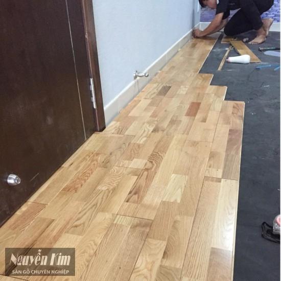 thi công sàn gỗ sồi ghép thanh nhà khách hàng