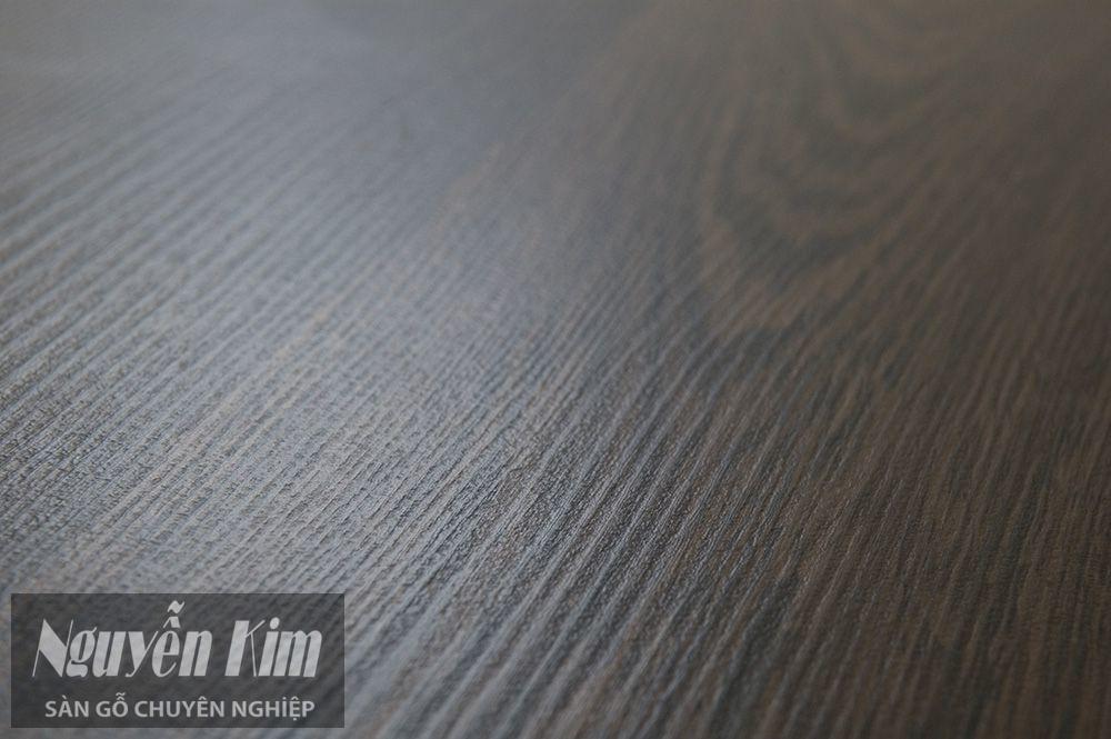 bề mặt phủ nhựa của sàn gỗ công nghiệp