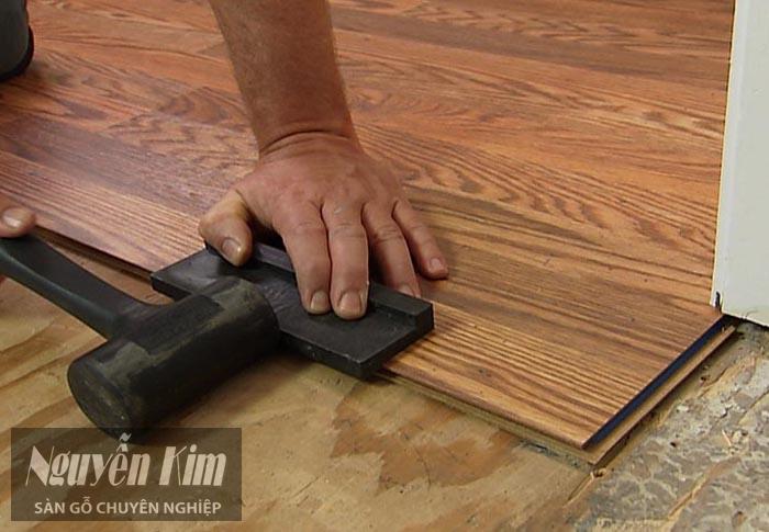 đóng búa chắc chắn cho sàn gỗ