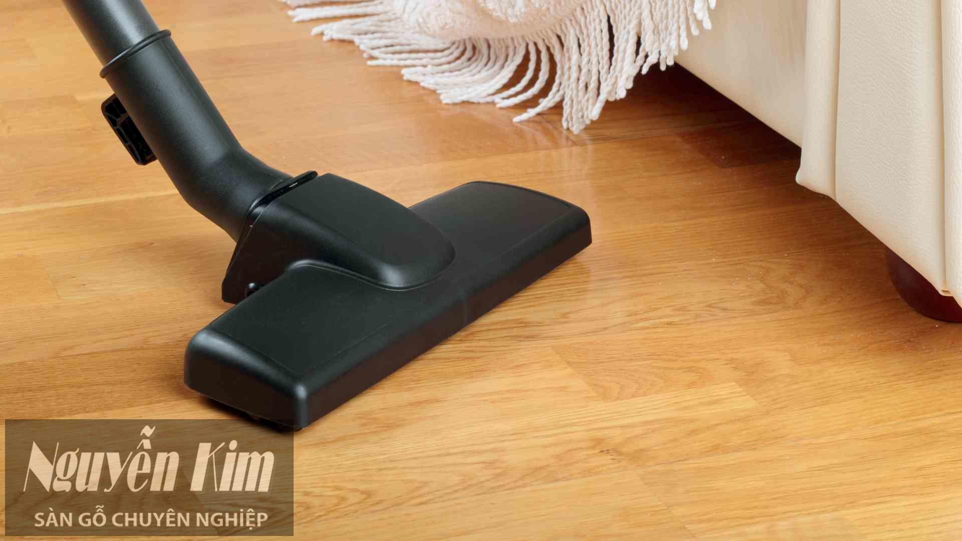 lau sạch sàn gỗ tự nhiên bằng máy hụt bụi