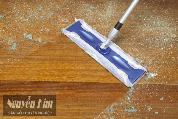 lau quét bụi bẩn trên sàn gỗ công nghiệp