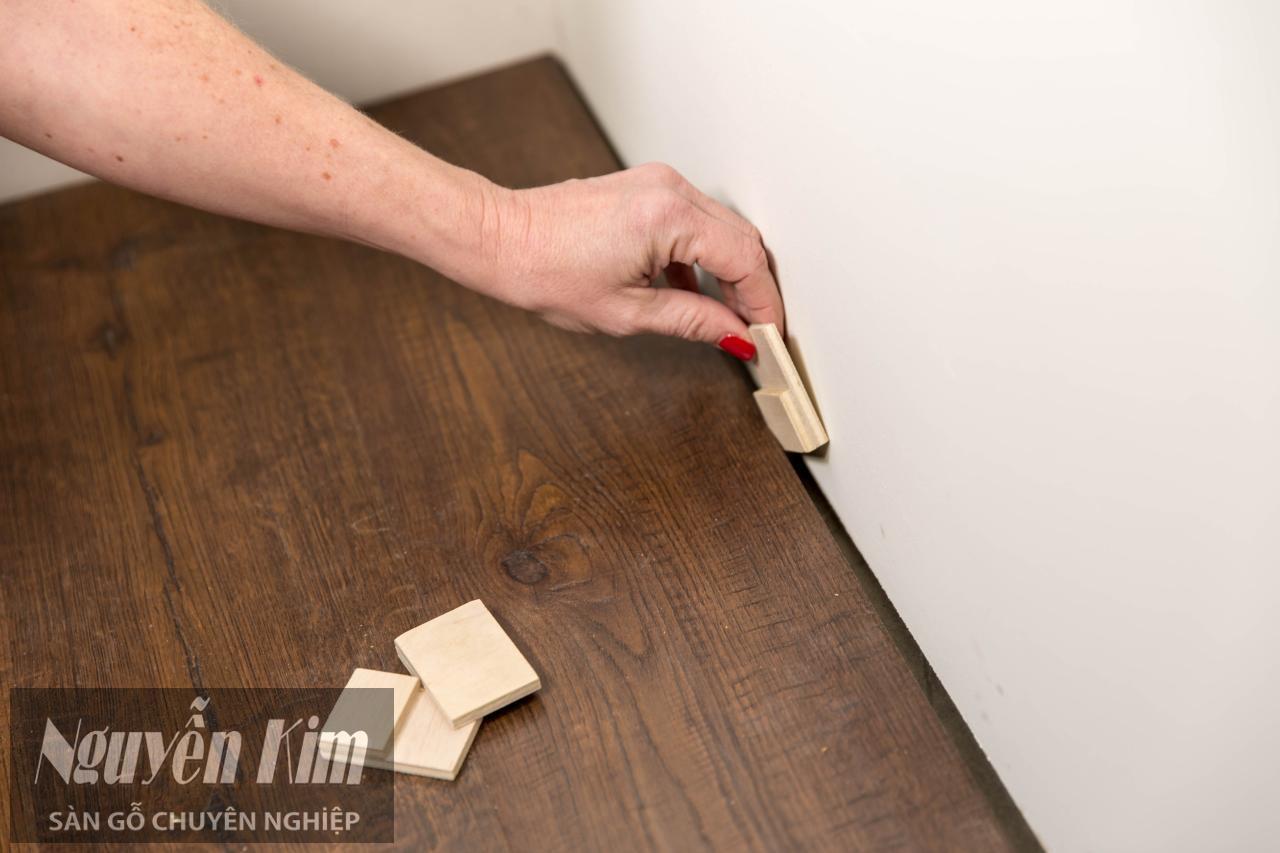 miếng chặn sàn gỗ khi lắp đặt