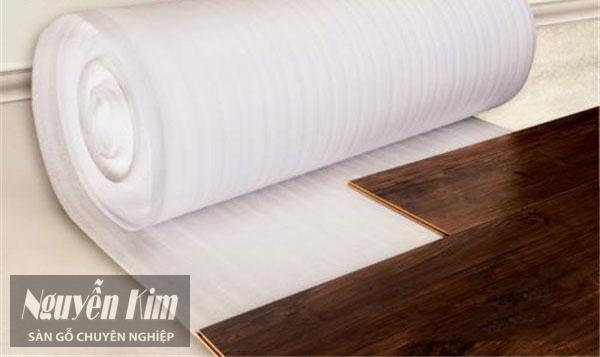 phom xốp nilon sàn gỗ
