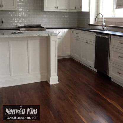 sàn gỗ óc chó kết hợp với nội thất trắng