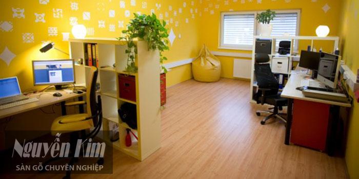 sàn gỗ màu tối cho phòng làm việc