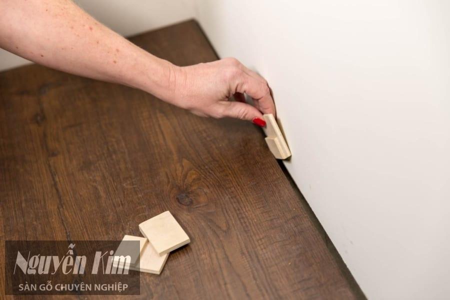 tháo các thanh chèn tại chân tường
