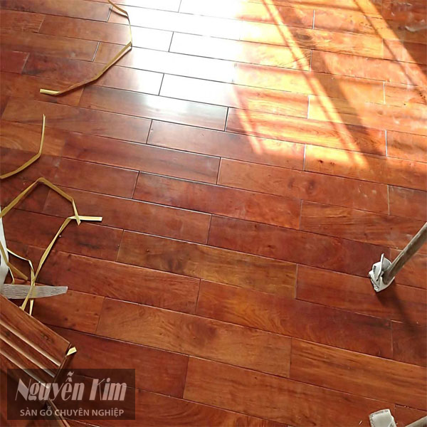 thi công sàn gỗ làm từ căm xe tự nhiên