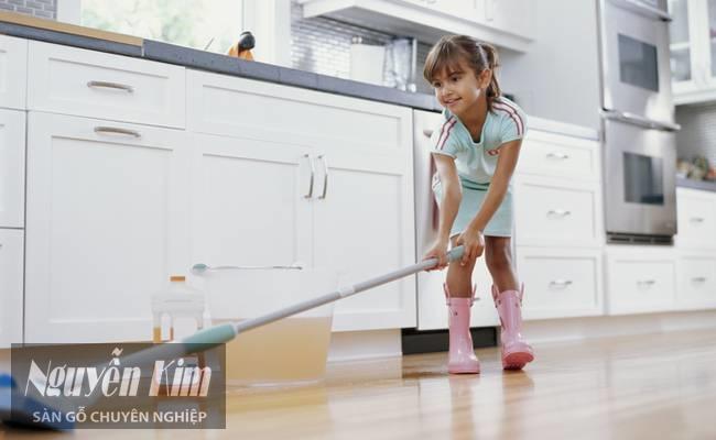 vệ sinh sàn gỗ công nghiệp dễ dàng
