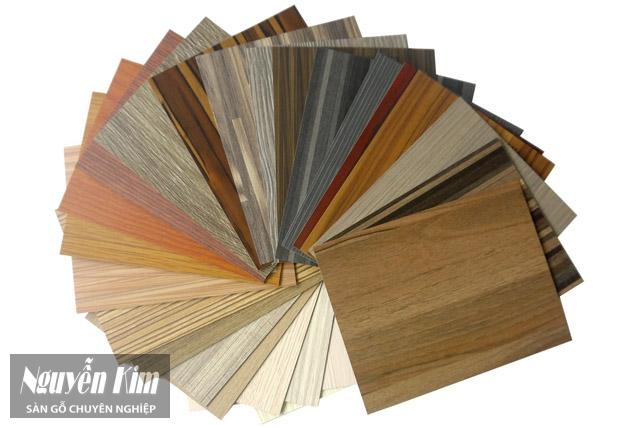 lựa chọn chất liệu gỗ ốp tường phòng khách