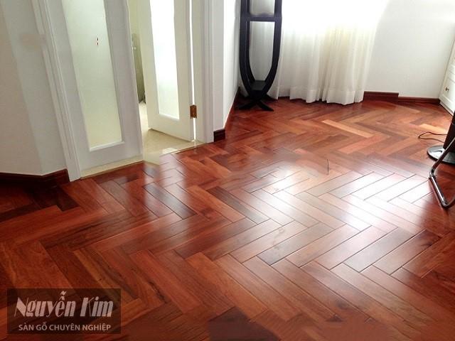 Sàn gỗ với tông màu trầm ấn tượng