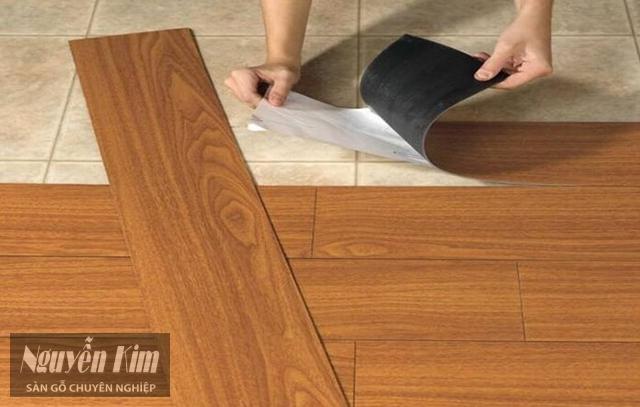 Thảm nhựa trải sàn keo tự dán vân gỗ