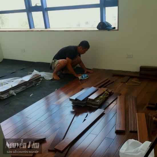 thi công sàn gỗ óc chó tại nhà khách hàng
