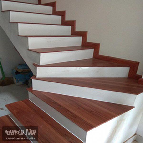 có nên lát cầu thang gỗ công nghiệp