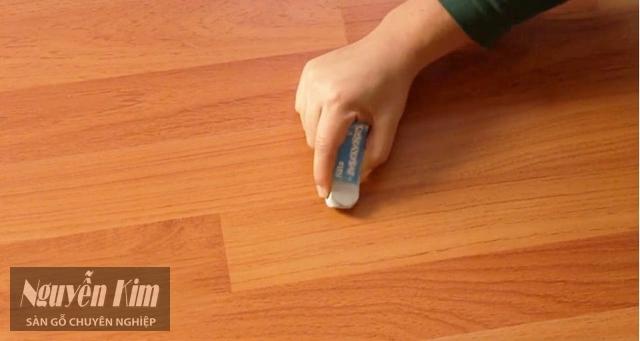 tẩy vết bẩn trên sàn gỗ