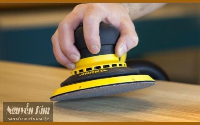 phương pháp chà nhám để tẩy sơn PU trên gỗ